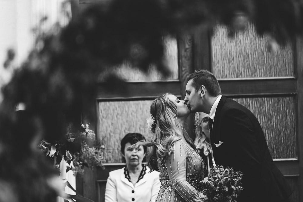 Vestuvių ceremonija prie jaunųjų buvusios mokyklos
