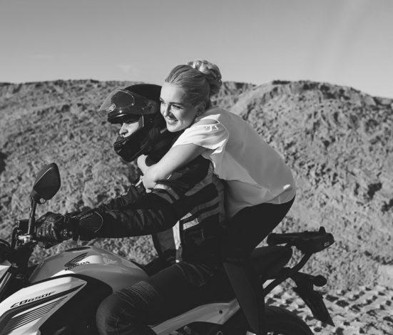 Priešvestuvinė fotosesija karjere su motociklu