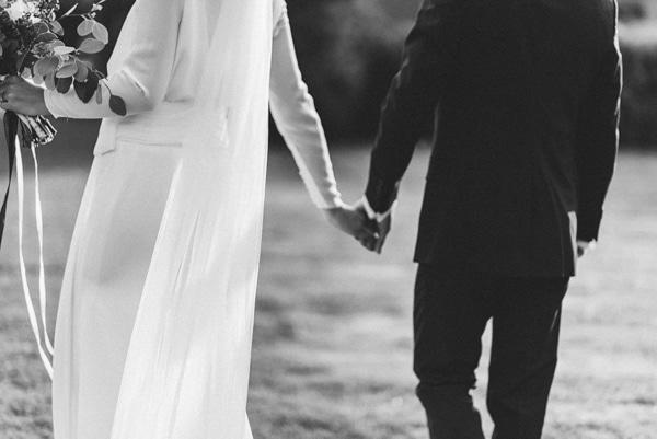 Pora per vestuves susikibusi rankomis